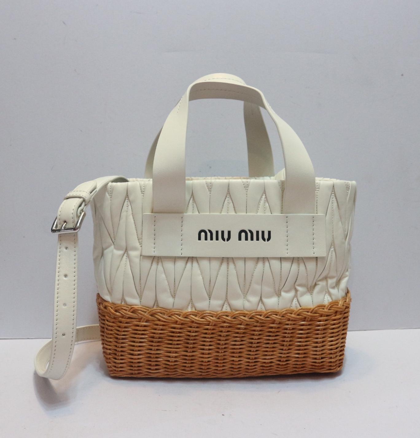 มาใหม่พร้อมส่ง กระเป๋าสะพายตะกร้าสานแบรนด์เนม MIU MIU Nappa Leather and Wicker  Bag มี3สี ชมพู ดำ ขาว (ราคาในshopประมาณใบละ 5หมื่นบาท) 408300d4d10ee